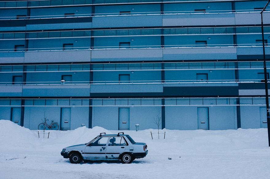 vanha auto rahjainen ruosteinen kerrostalo alue oulu ankea talvi