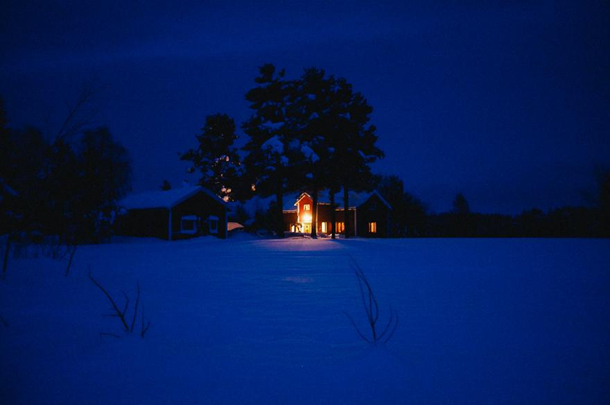 blue moment sininen hetki kuusamo kaamos talvi valo pimeyden keskella tupa mokki silent
