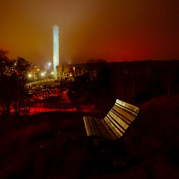 olympiastadionin torni ja puiston penkki