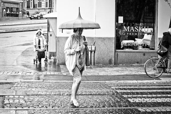 nainen kaddulla helsinki outo sateenvarjo