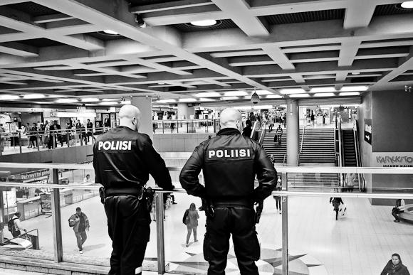 poliisit helsingin rautatieasemalla
