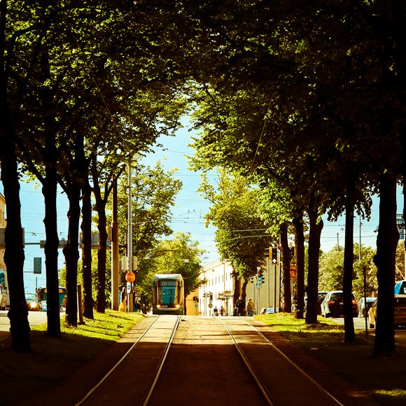 mäkelänkatu kesällä rautiovaunu ratikka tunneli puu rajaus valokuvaus postikortti