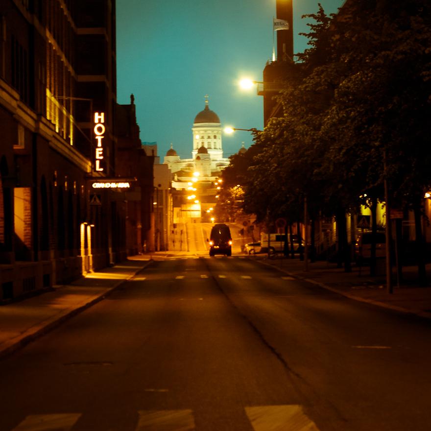 katajanokka yöllä näkymä tuomiokirkolle hiljainen tie katu