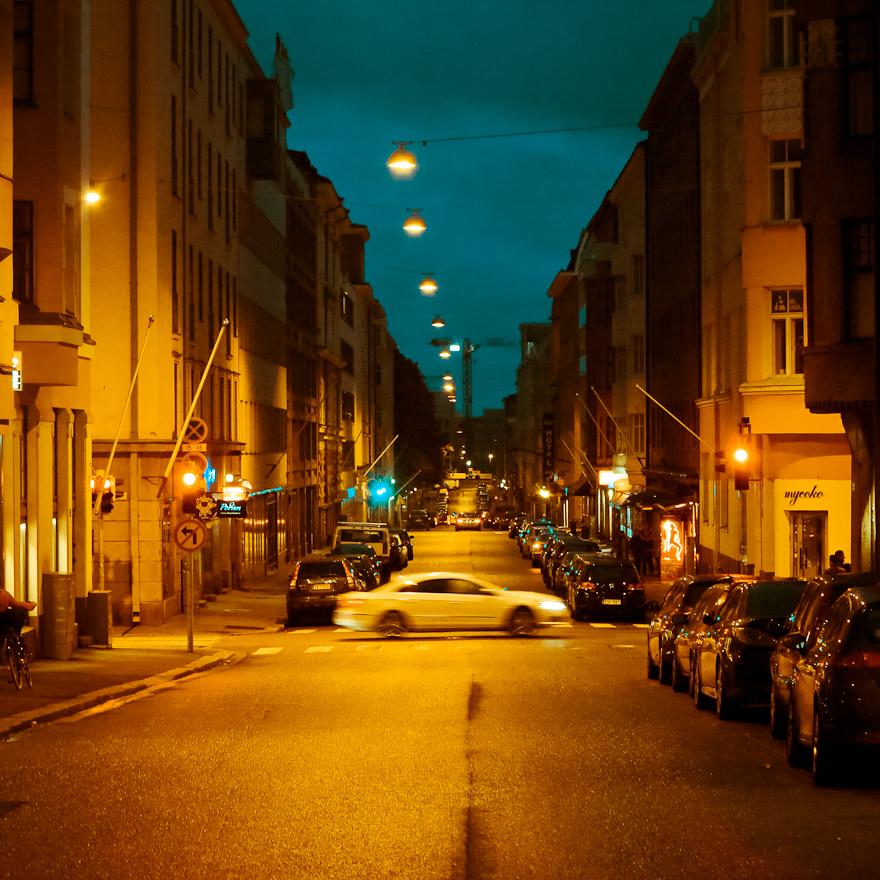 helsinki yo taksi ajaa hiljaisella kadulla