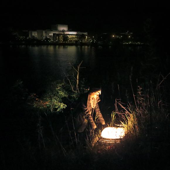 töölönlahden rannalla valo syksy yö hahmo