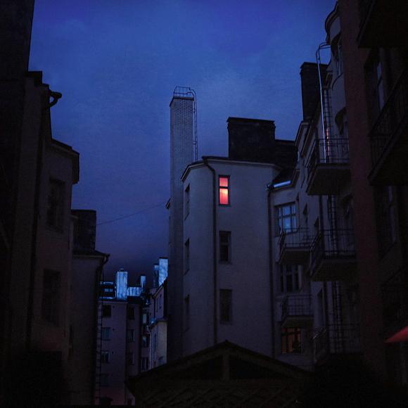 kerrostalojen katot sisäpiha helsinki sininen taivas tumma
