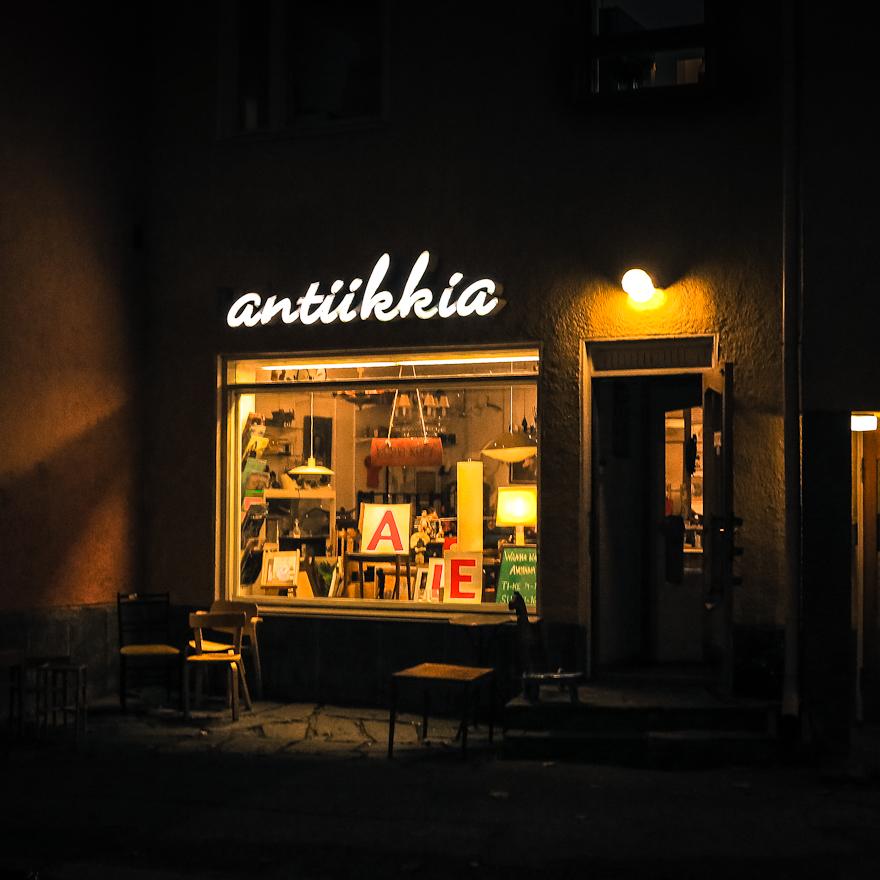 antiikkiliike helsinki käpylä näyteikkuna neon kyltti valomainos ikkunassa valaistu esillepano