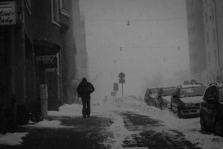 lumimyrsky tuisku helsingin kaduilla mustavalkoinen