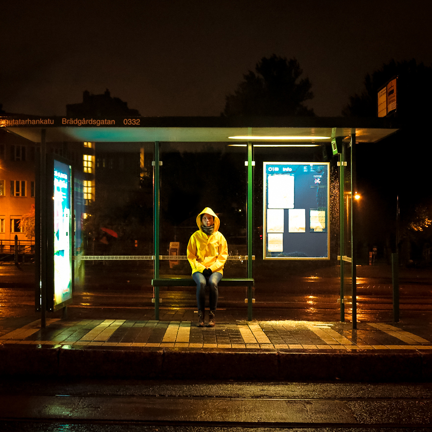 ratikkapysäkki helsinki mäkelänkatu keltainen sadetakki tytto istuu pysakilla syksy syys ilta