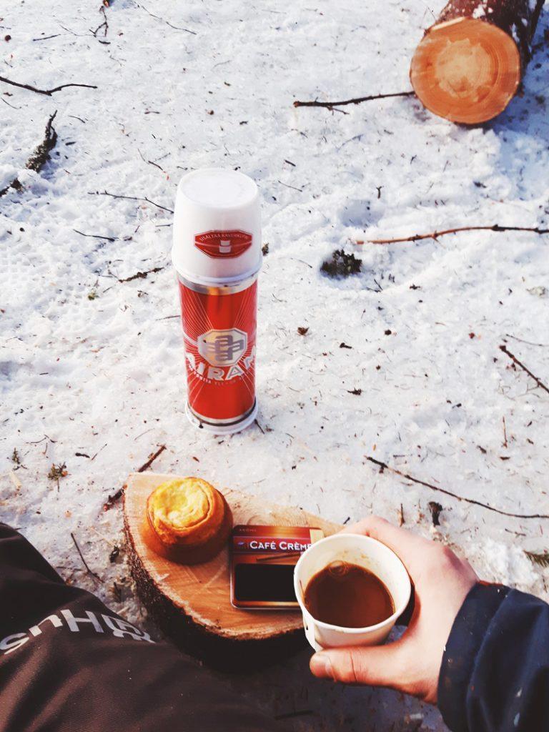 kahvia-pullaa-sikari-puu-hommat-runko-ranka-airam-termospullo-dallaspulla-kahvi-kainuu-768x1024
