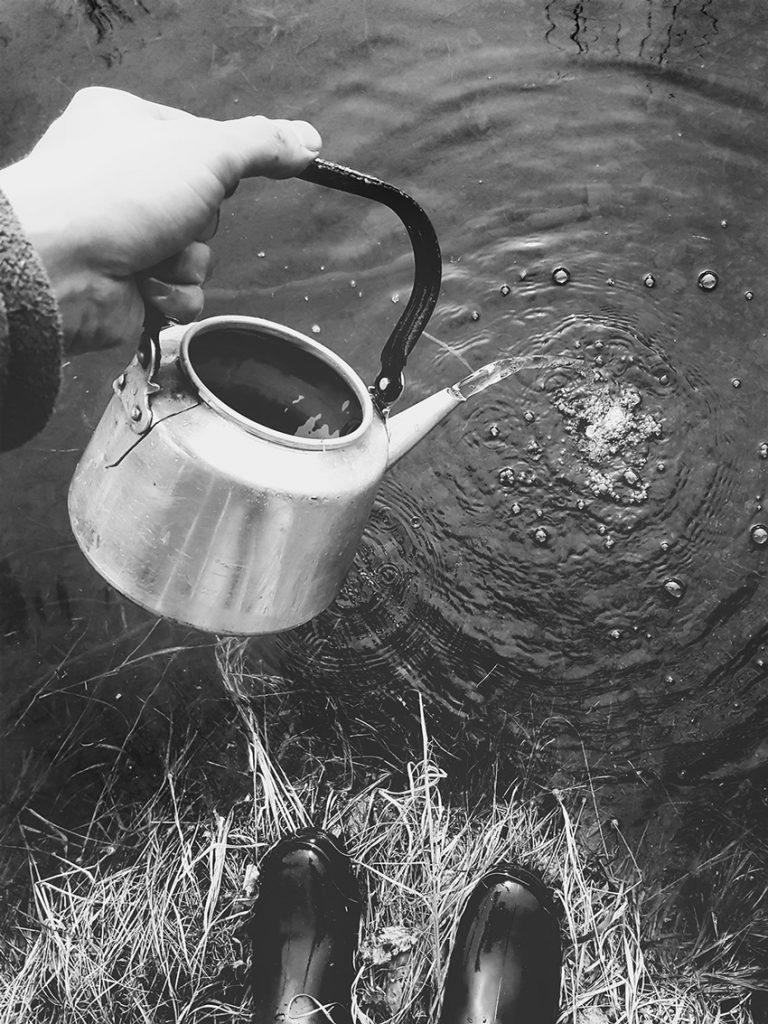 kahvipannu-vanha-coffee-pot-lahde-vesi-spring-water-finland-stream-puro-kahvi-vesi-joesta-nokipannu-luonto-kuva-suomi-kainuu-sotkamo-hede-hete-jaakko-hyvonen