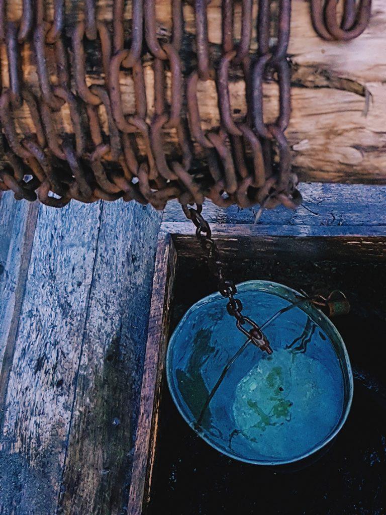 kaivo-vesi-vetta-kaivosta-rengaskaivo-kettinki-maaseutu