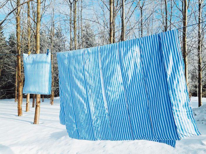 lakanat-petivaatteet-tuulettumassa-ulkona-700x525