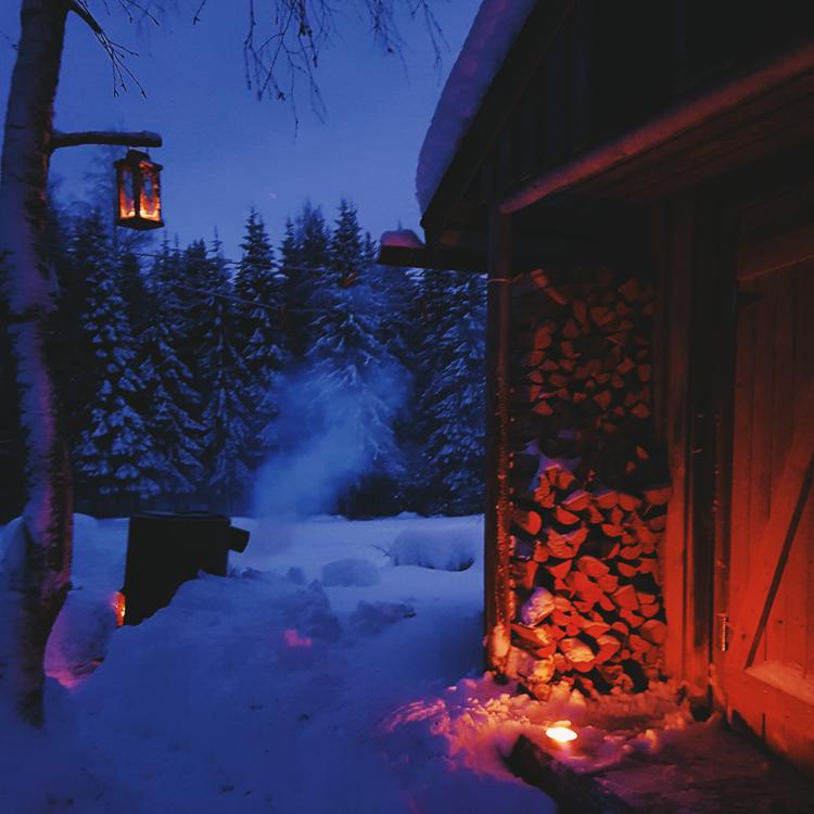 luminen-maisema-maaseutu-lyhty-ulkotuli-tunnelma-romantiikka-joulu-sauna-sininen-hetki-talvi-ilta-finland-moment