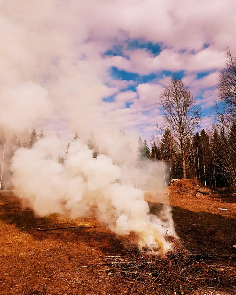 nuotio-bonfire-cloud-sky-pilvi-taivas-paljon-pilvia-muhkea-savu-roskan-poltto-kevaalla-risujen-oksien-polttaminen-nuotiolla