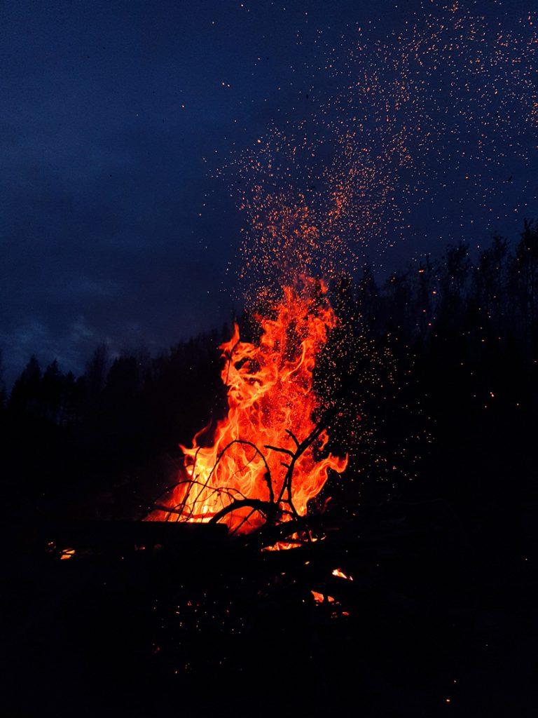nuotio-liekit-sininen-taivas-taivasta-vasten-kipinoita-flames-dark-sky-sparks-tuli-liekehtii