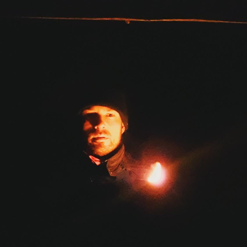 omakuva-kaamos-lyhty-tumma