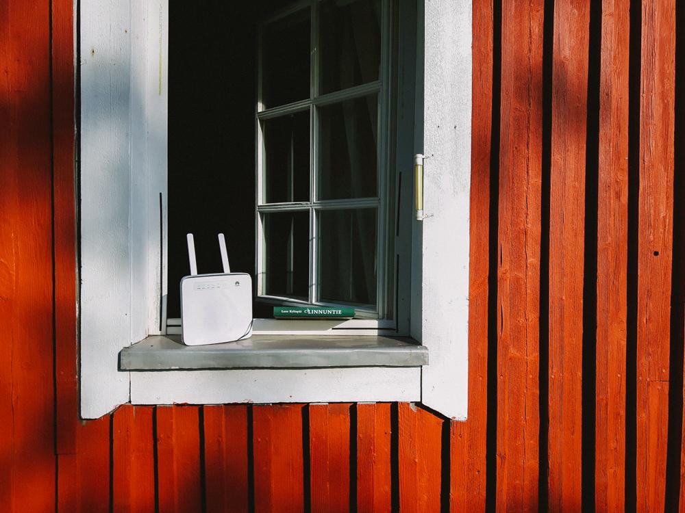 punainen-tupa-ikkuna-auki-mokkula-etatyö-liikenne-tietoliikkenne-yhteys-netti-maaseudulla-työskentely