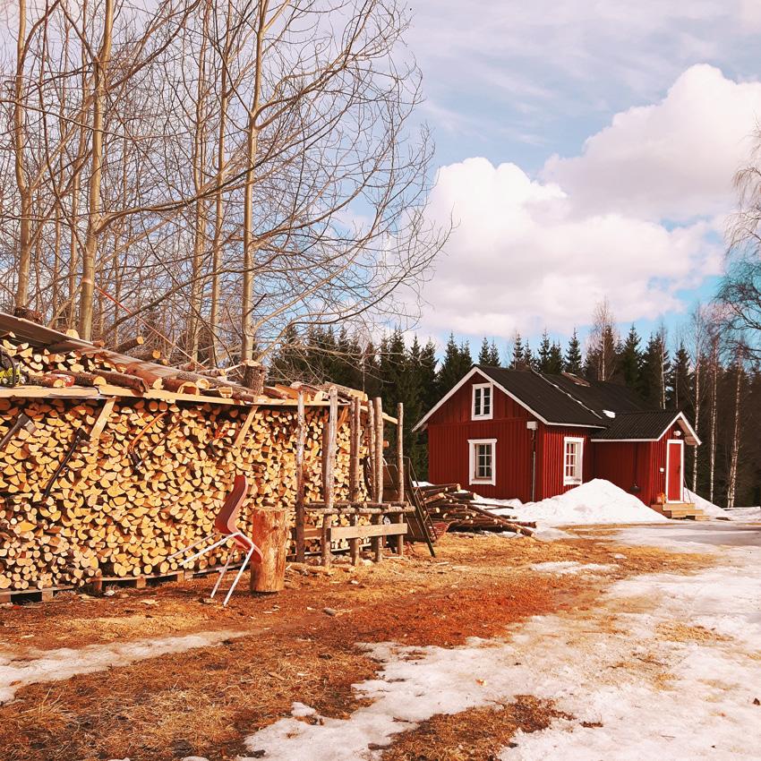 punainen-tupa-mokki-cabin-finland-small-authentic-1930-luvulla-valmistunut-talo-tupa-torppa-kevat-rante-halkopino-firewood-stack-polttopuu-puulammitys-kevat-kaunis-onduline-kainuu-sotkamo-suomi