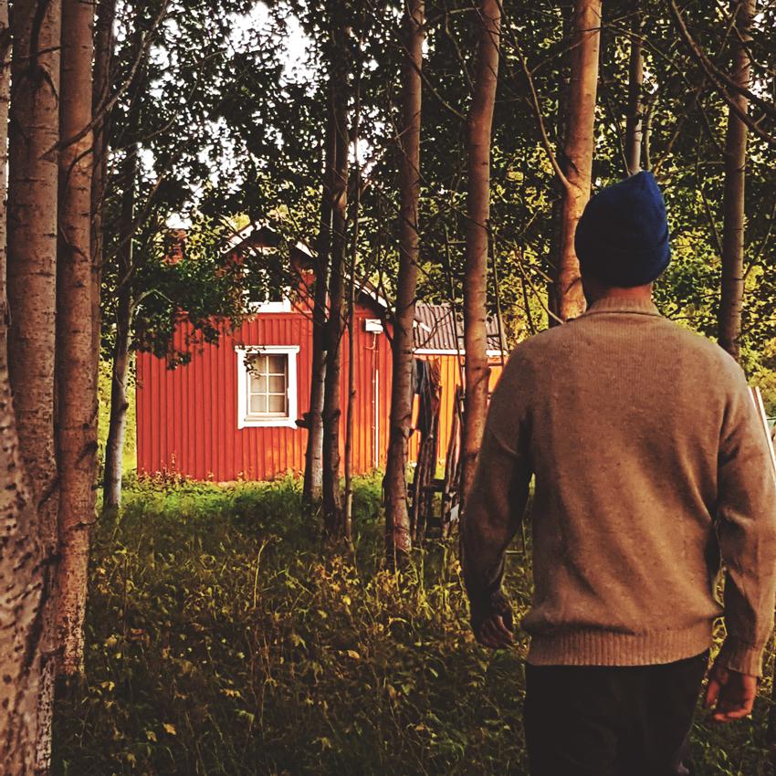 punainen-tupa-mokki-laudoitus-1930-rakkennuttu-hirsitalo-lautavuoraus-punamultamaali-perinnemaisema-nostalgia-sotkamo-visit-finland-koivukuja-haapa-ilta-aurinko-elokuu-syksy