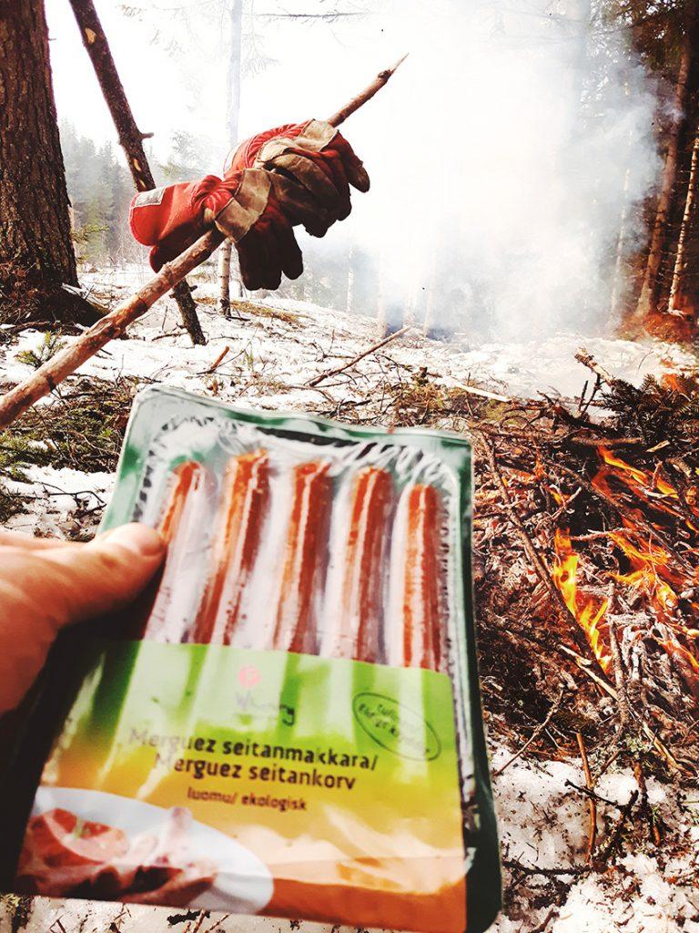 seitan-makkara-seitankorv-what-does-vegetarian-eat-vegan-bon-fire-snack-sausage-nuotio-risujen-poltto-kainuu