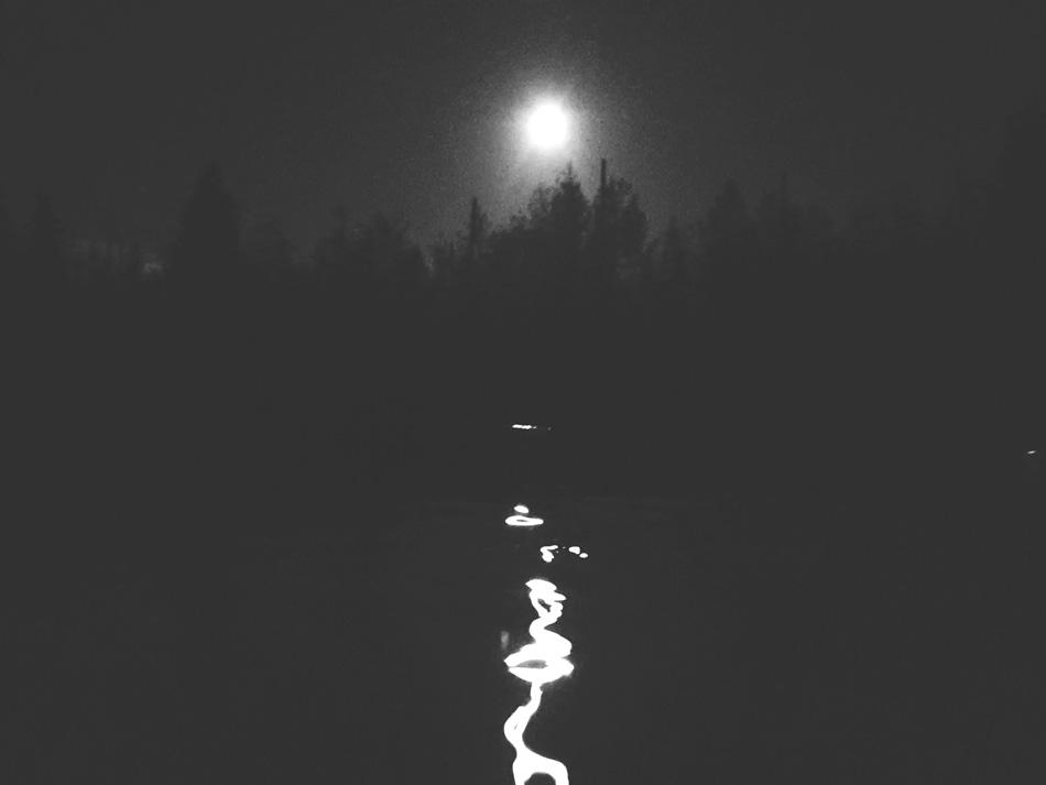 kuun-silta-mustavalkoinen-kuu-veden-pinta