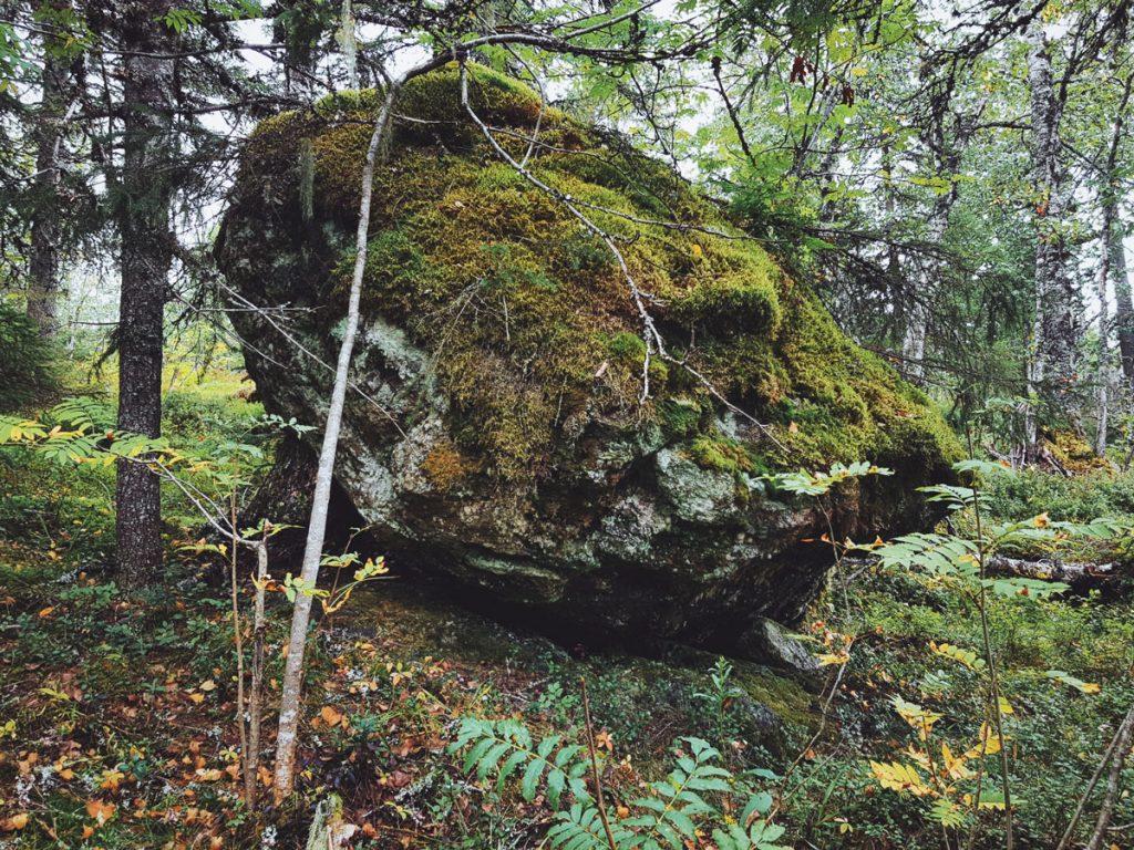 lohkare-kivi-kiikkukivi-sammaloitunut-rinteessa