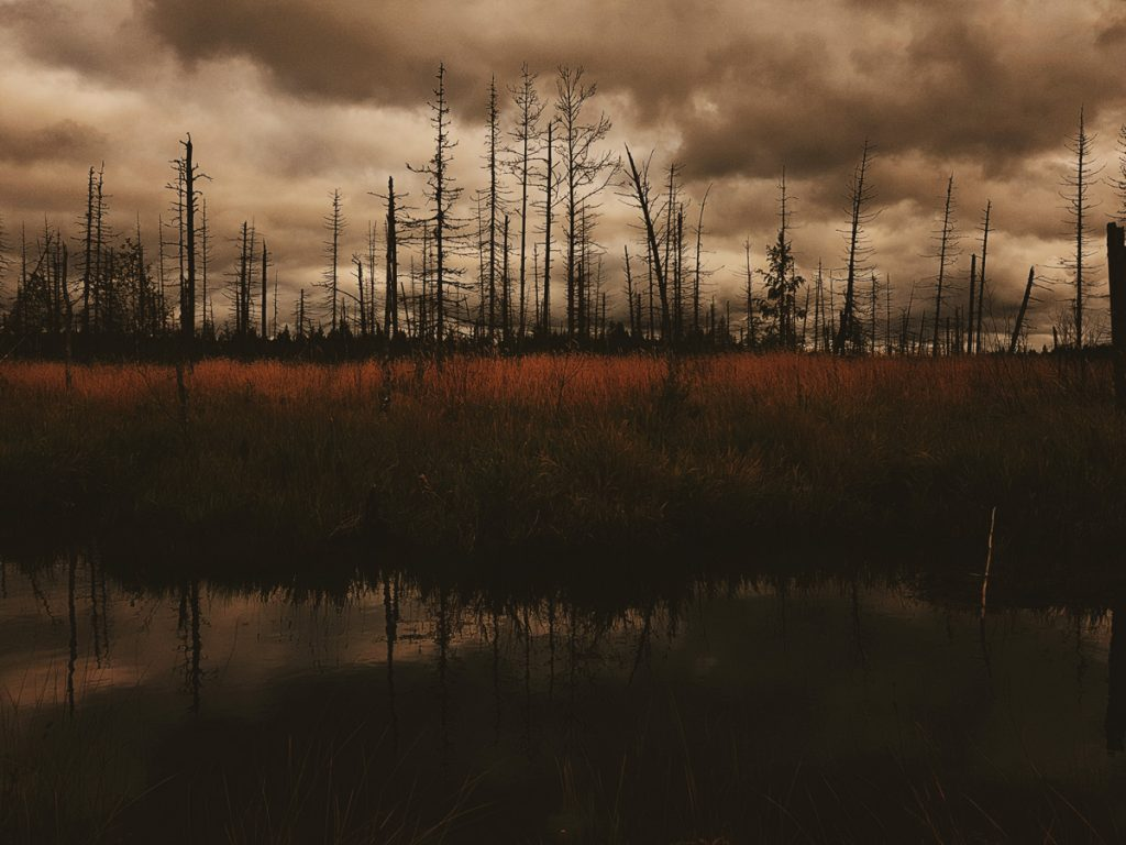suo-maisema-joutenjoki-enteileva-uhkuva-pilvi-saderintama-tummat-pilvet-taivas-tumma-vesi-joki