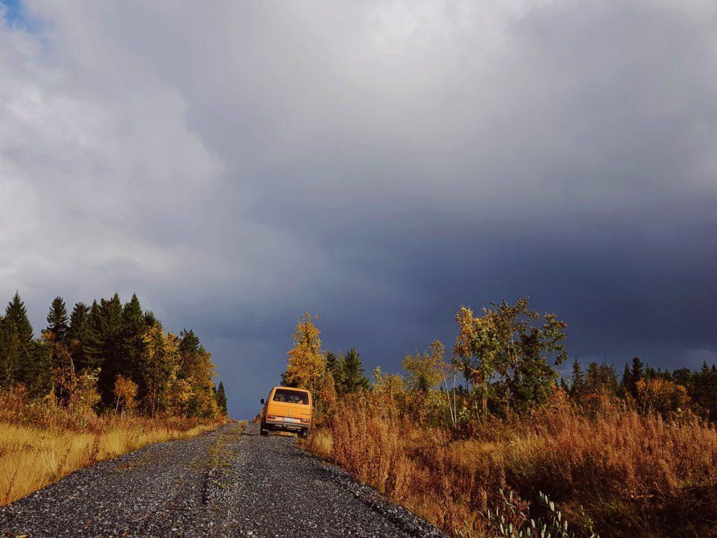 volkswagen-t3-tolkki-transportr-metsatie-soratiella-parkissa-tien-laidalla-mursketta-saderintama-syksy-aurinko-ja-tumma-taivas