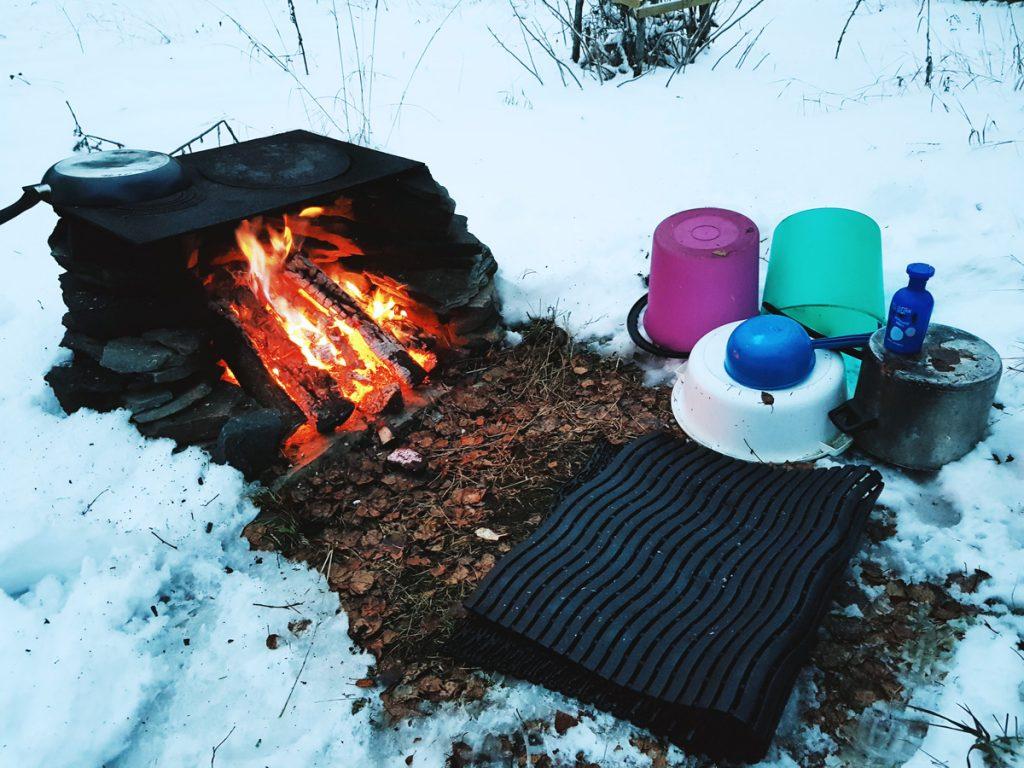 muovi-sanko-10-l-nuotio-peseytyminen-ulkona-talvella