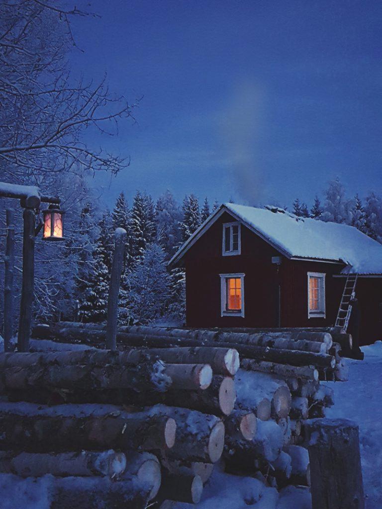 punainen-mokki-talvi-tykkypuut-kuun-valaisema-maisema-keskiyo-kimaltaa-hanki-hiljainen-sininen-hetki-visit-finland-sotkamo-vuokatti
