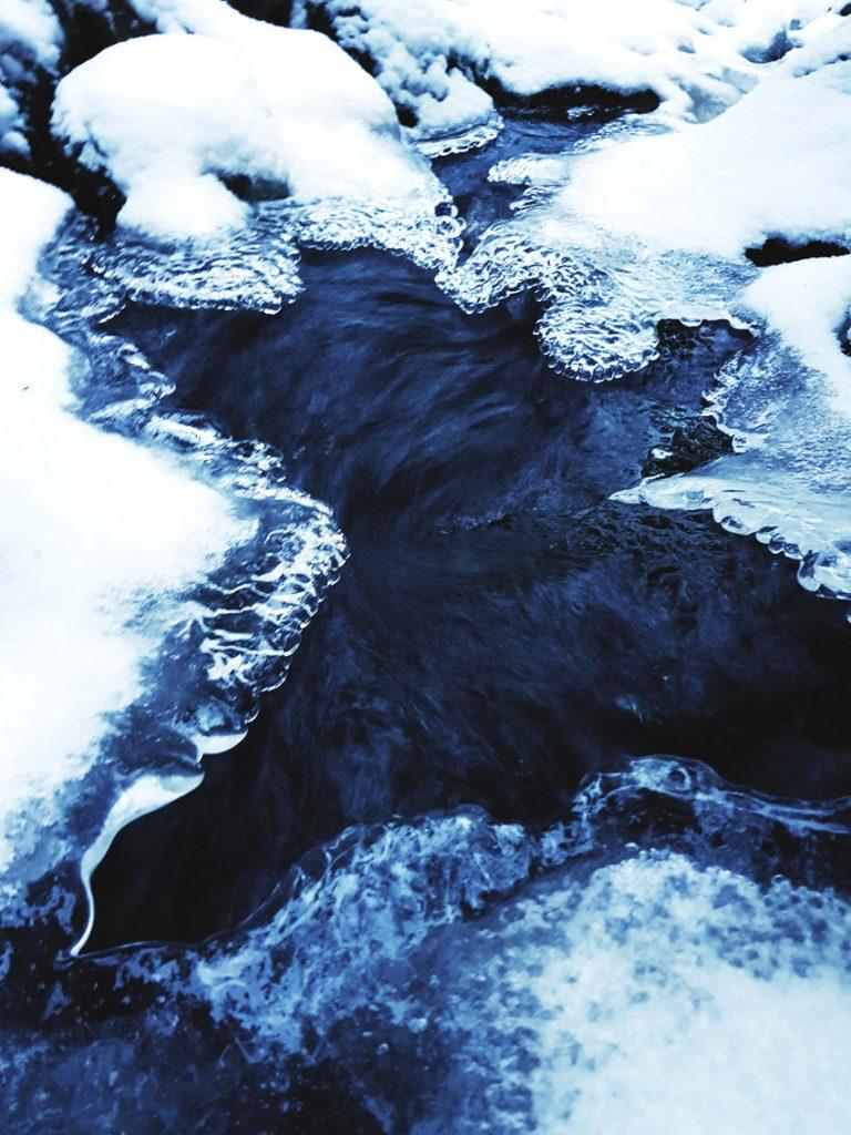 puro-joulukuu-puhdas-vesi-sininen-jaa-valokuvaus-luonto-kainuu-sotkamo-virtaava-sininen-vesi