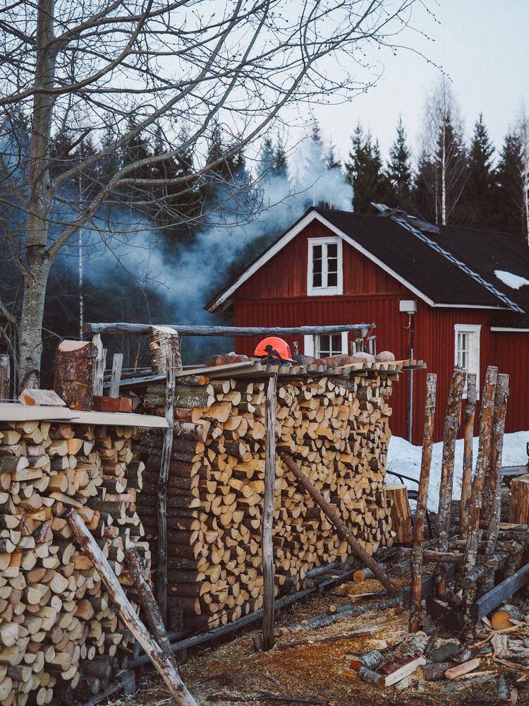 punainen-tupa-kevat-piipusta-savu-polttopuu-halkopino-finland-pilke-klapi-2