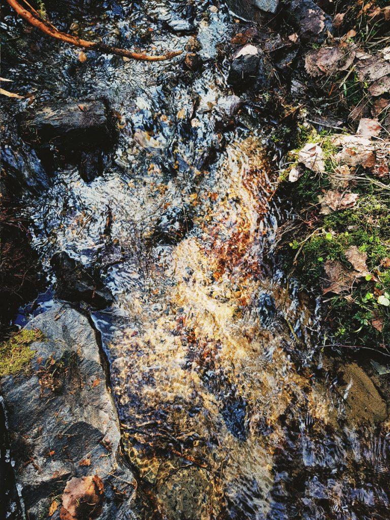 pieni-puro-kainuun-sotkamon-vaaramaisemassa-puhdas-vesi-luonnon