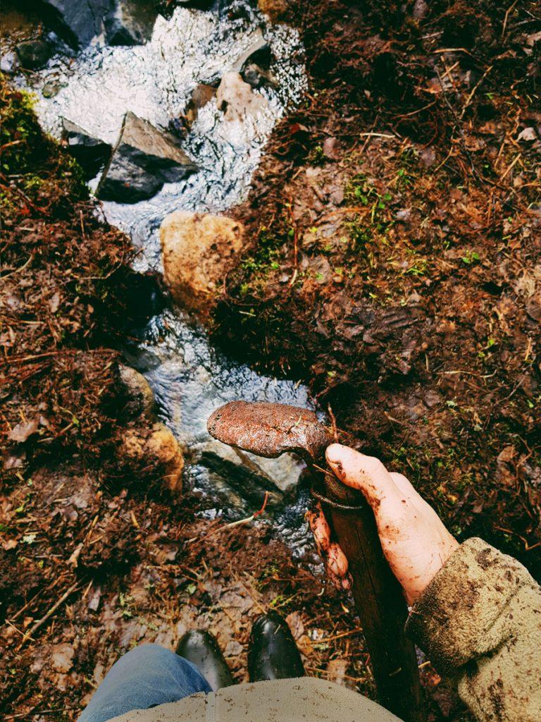 puron-puhdistus-perkaus-kuokka-vanha-vesi-virtaa