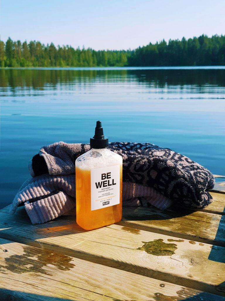 suomi-laituri-kesa-uinti-be-well-suihkusaippua-luonnon-mukainen-pesu-aine-sotkamo-vuokatti-maisema-vesisto