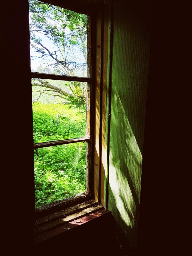vihrea-vehrea-ikkuna-vanha-lasi-ruutu-ikkunasta-ulos-niitty-kesa-heina