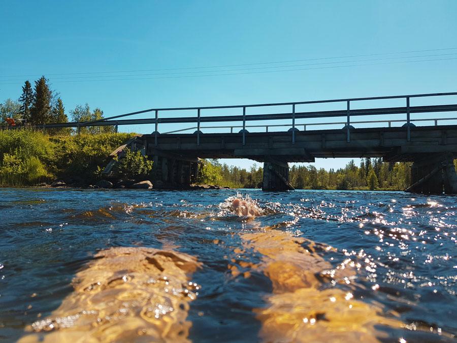 uimassa-joella-kellokummun-silta