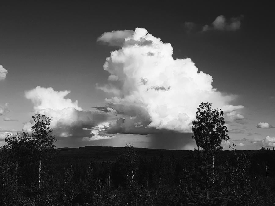 kainuun-vaarmaisema-pilven-hattara-vaaran-ylpuolella-mustavalkoinen-maisemakuva-sotkamo