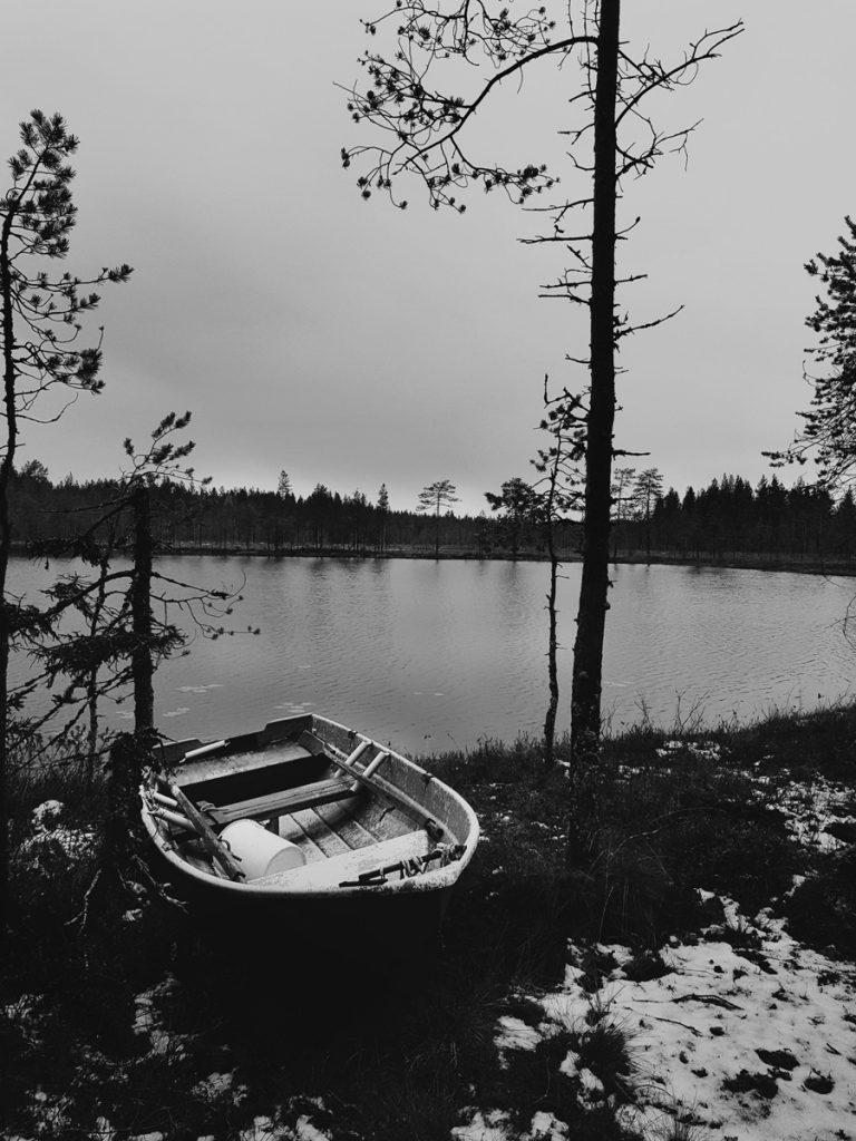 metsa-lampi-vene-lasikuitu-vene-kainuulainen-maisema-musta-valkoinen-luontokuva-ensilumi