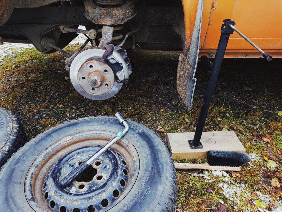 talvirenkaan-vaihto-vw-t3-tires-vanteet-uudet-jarrulevyt-etujarru