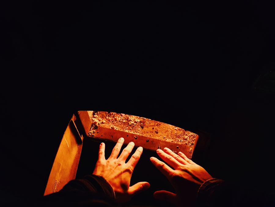 hands-fireplace-warming-kadet-uunin-lammossa