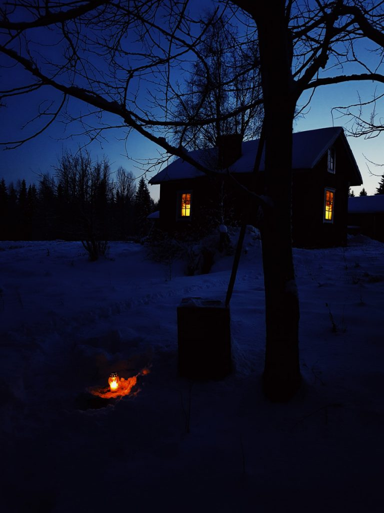 kynttila-kanin-haudalla-ensilumi-sininen-hetki-sotkamossa